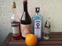 Zutaten für den Negroni: Campari, Vermouth, Gin, Sodawasser und eine Orange.