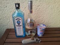 Zutaten für den Alexander: Gin, weiße Creme de Cacao, Sahne und Muskatnuss.