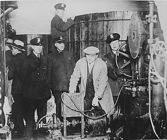 Polizei von Detroit inspiziert eine Untergrund-Brauerei während der Prohibition