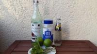 Zutaten für den Mojito: weißer Rum, weißer Rohrzucker, Sodwasser, Limette und Minze.