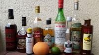 Zutaten für den Zombie: Overproof Demerara Rum, gereifter Jamaika-Rum, Angostura Bitters, goldener kubanischer Rum, Falernum, Maraschino Likör, Grenadine, Absinth, Ananassaft, eine Grapefruit und eine Limette.