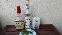Zutaten für den Whiskey Julep: Bourbon Whiskey, Zuckersirup, Puderzucker und Minze.
