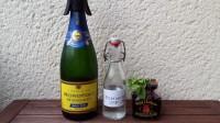 Zutaten für den Wild Hibiscus Royale: Champagner, Rosenwasser, Wild-Hibiscus-Blüten und Minze.