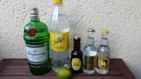 Zutaten für den Gin & Tonic: Gin, Tonic Water und eine Limette.