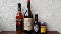 Zutaten für den Manhattan: Rye Whiskey, roter Vermouth, Angostura Bitters/Aromatic Bitters und Maraschino-Kirschen.