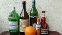 Zutaten für den Satan's Whiskers: Gin, roter Vermouth, trockener Vermouth, Orange Bitters, Grand Marnier (Orange Curacao) und eine Orange.