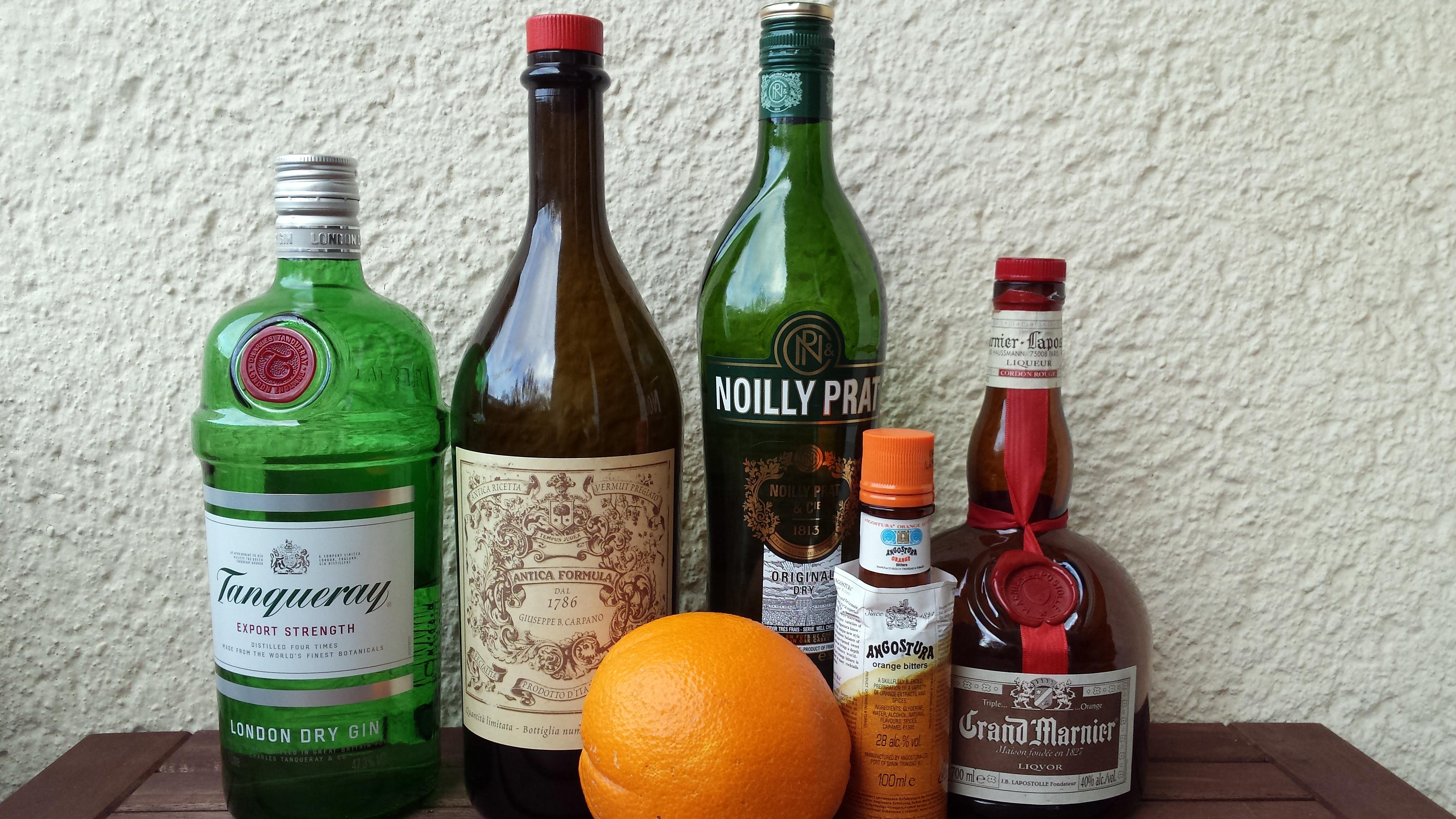 Zutaten für den Satan's Whiskers: Gin, roter Vermouth, trockener ...