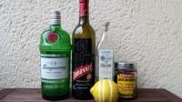 Zutaten für den Blackthorn: Gin, Dubonnet, Kirschwasser, Maraschino-Kirschen und eine Zitrone.