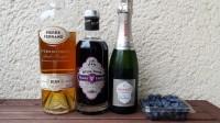 Zutaten für den Imperial Blueberry Fizz: Cognac, Creme de Violette, Champagner und Heidelbeeren.