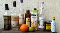Zutaten für den Hurricane: gereifter (Demerara-)Rum, weisser Rum, Galliano Vanilla, Ananassaft, Maracuja-Nektar, Zuckersirup, Maraschino-Kirschen, Angostura Bitters, eine Orange und eine Limette.