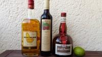 Zutaten für den Knickerbocker Cocktail: Goldener (Barbados)-Rum, Himbeersirup, Orange Curacao und eine Limette.